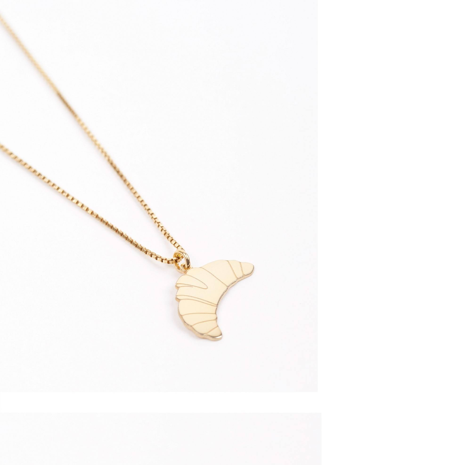 https://www.selecteddesigners.dk/media/catalog/product/j/u/jukserei-croissant-necklace-website.jpg